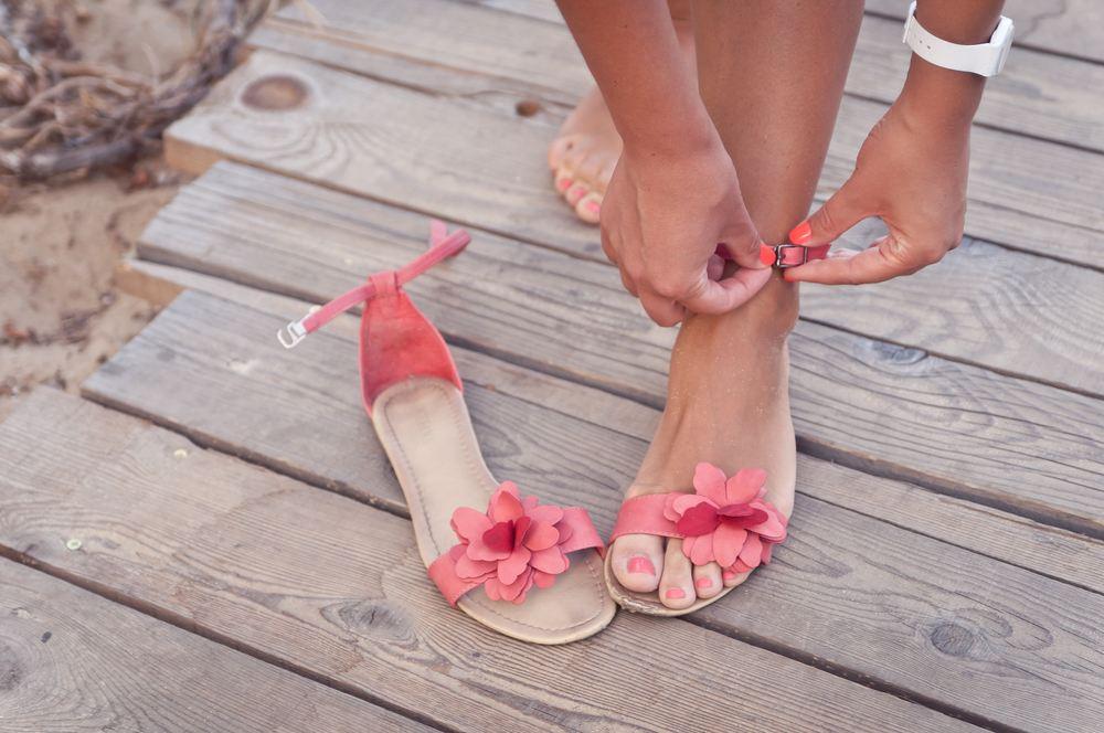 ¿Cómo evitar las rozaduras en los pies al ponerme sandalias?